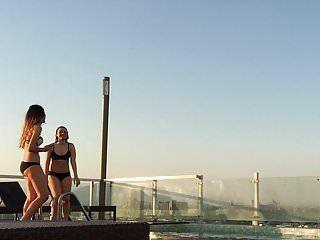 Gatas sensuais nenas bonitas na piscina piscando