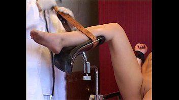 Agonia de sadomasoquismo de agulha médica e médicos de sangue frio agonia de paciente diletante gordo escravizado