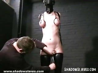 Menina eslava rasgada com capuz e fenda obscena torturada