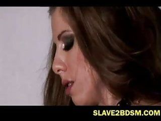 Cena de filme bizarro de servidão feminina