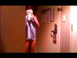 Hawt playgirl joga toalha no serviço de quarto